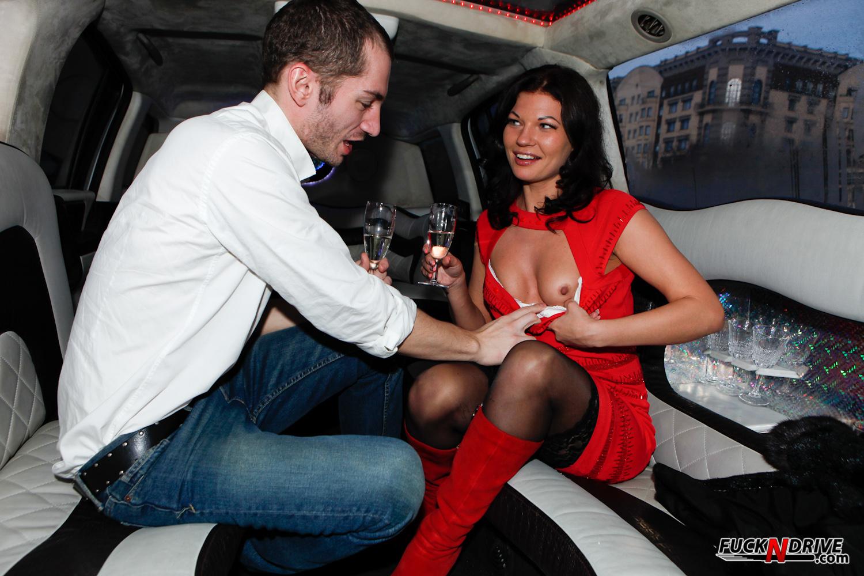 Трахает проститутку в лимузине 16 фотография